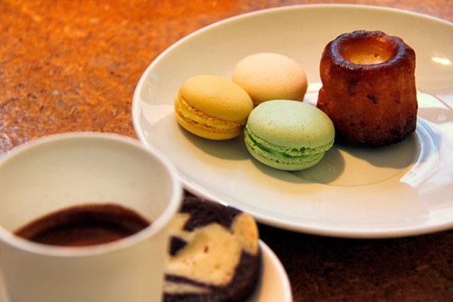 Espresso com macarrons e kanelės, servido em cafeteria de Užupis