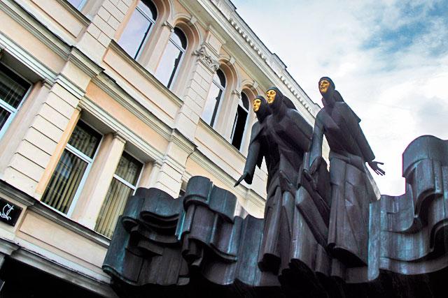 Escultura Três Musas, no Teatro Dramático Nacional Lituano