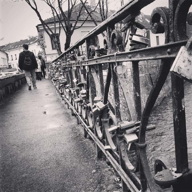 Ponte sobre o Rio Vilnia, na fronteira de Užupis (via Instagram)