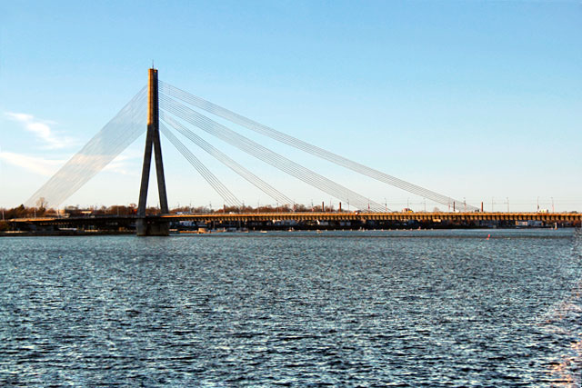 Ponte Pênsil sobre o Rio Duína Ocidental vista da Ponte de Pedra