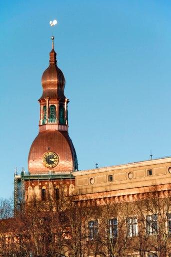 Torre da Catedral de Riga vista da Ponte de Pedra