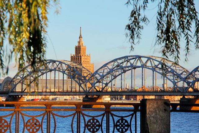 Edifício da Academia de Ciências da Letônia e Ponte Ferroviária sobre o Rio Duína Ocidental, em Riga