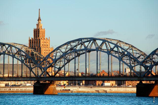 Edifício da Academia de Ciências da Letônia por trás da Ponte Ferroviária