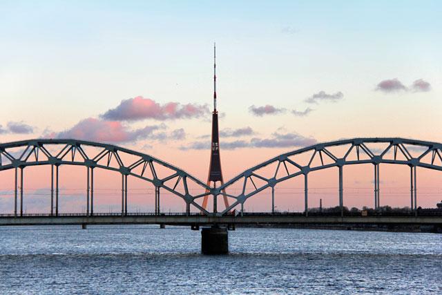 Torre de rádio e TV por trás da Ponte Ferroviária