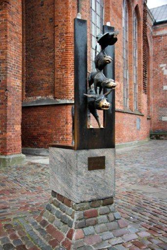 Escultura Os Músicos de Bremen, ao lado da Basílica de São Pedro