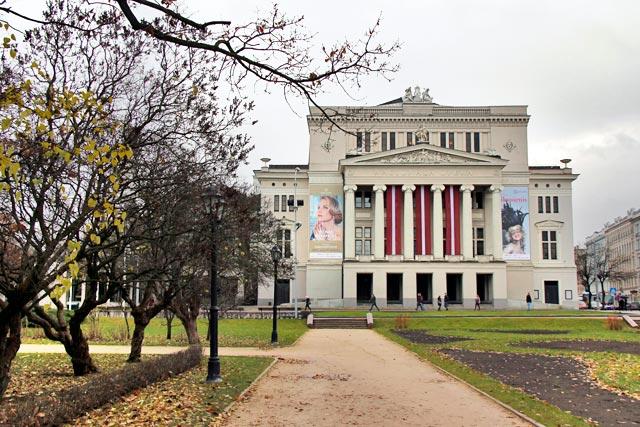 Ópera Nacional da Letônia (Latvijas Nacionālā opera), no Parque da Colina do Bastião