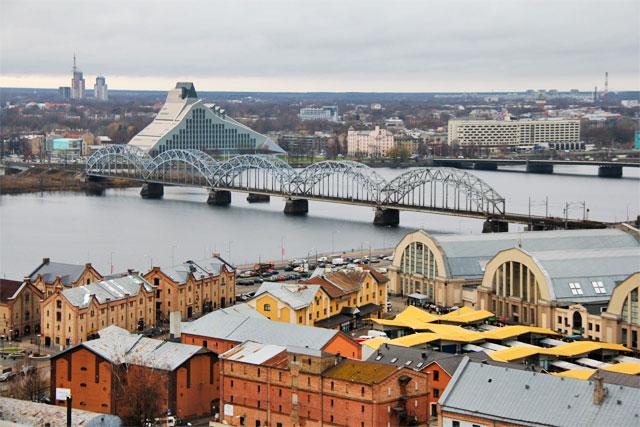 Biblioteca Nacional, Ponte Ferroviária, quarteirão de Spīķeri e Mercado Central vistos do edifício da Academia de Ciências da Letônia
