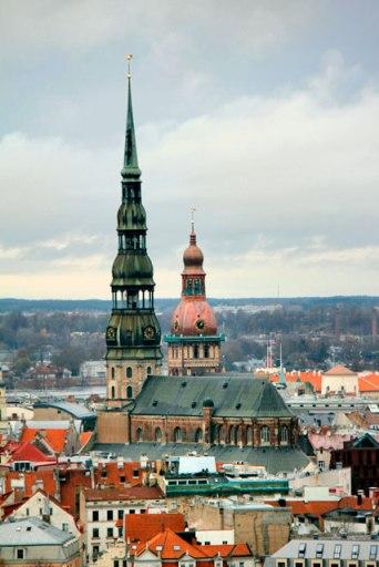 Torres da Igreja de São Pedro e da Catedral de Riga vistas do edifício da Academia de Ciências da Letônia