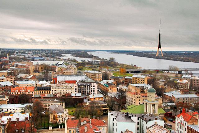 Panorama visto do edifício da Academia de Ciências da Letônia. Destaque para a torre de rádio e TV