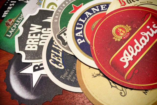 Bolachas de cerveja coletadas nos bares de Riga