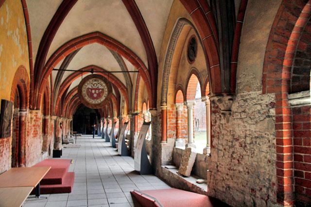 Corredores do claustro da Catedral de Riga
