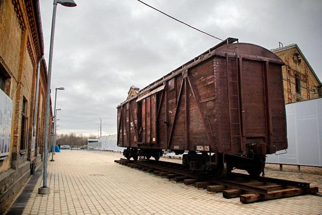 Vagão de trem em exposição no Museu Museu do Gueto de Riga e do Holocausto Letão