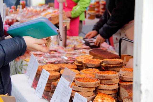 Barraca de tortas do mercado ao ar livre da Rua de Kalnciema
