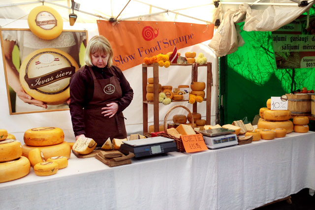 Barraca de queijos do mercado ao ar livre da Rua de Kalnciema