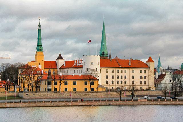 Castelo de Riga visto da Ponte Pênsil