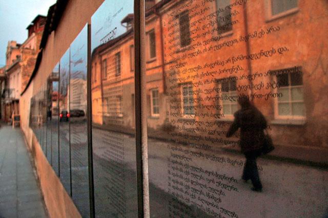 Mural da Constituição na Rua Paupio, em Užupis