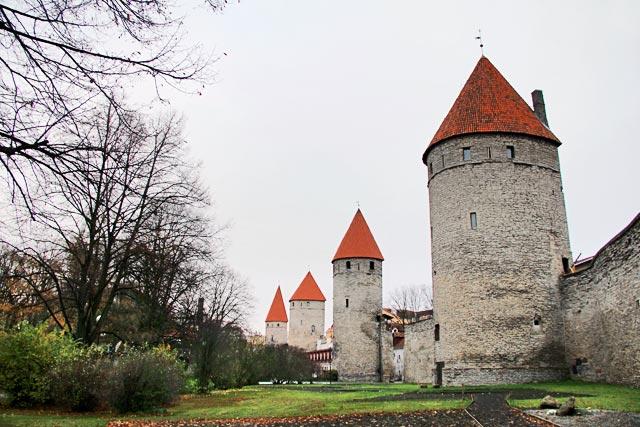 Muralha de Tallinn vista da Praça das Torres