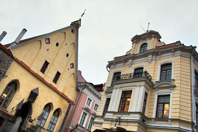 À esquerda está o edifício do Museu de História da Estônia