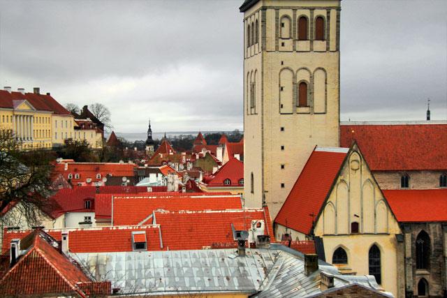 Vista do café da Torre Kiek in de Kök. Destaque para a torre da Igreja de São Nicolau (Niguliste kirik)