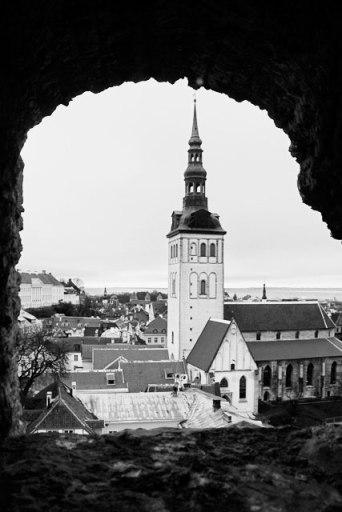 Vista da Torre Kiek in de Kök. Destaque para a torre do Niguliste Muuseum