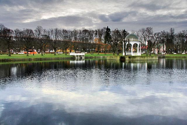 Lago dos Cisnes, no Parque Kadrioru (Kadrioru park)