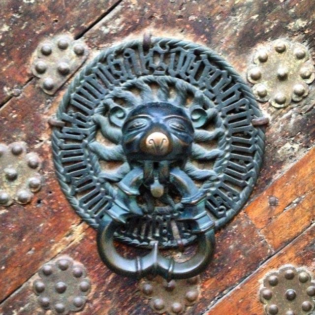 Aldraba da porta de entrada do Museu de História da Estônia (via Instagram)