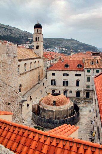 Grande Fonte de Onófrio (Velika Onofrijeva česma) vista das Muralhas de Dubrovnik