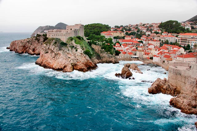 Fortaleza de São Lourenço à esquerda