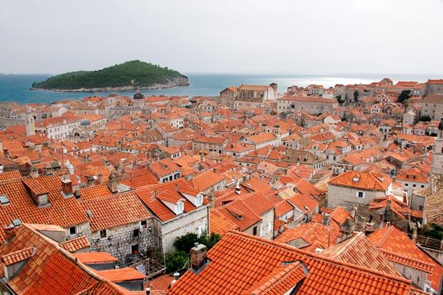 Cidade Velha vista das Muralhas de Dubrovnik. Ilha de Lokrum ao fundo