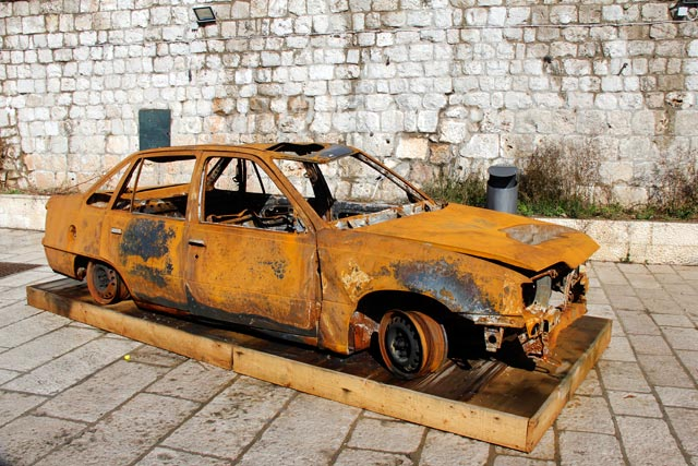 Carro incendiado na Guerra de Independência da Croácia, no Centro Educacional DEŠA