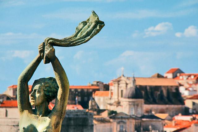 Detalhe da escultura Menina da ilha, do escultor croata Petar Pallavicini, no Museu de Arte Moderna e Contemporânea
