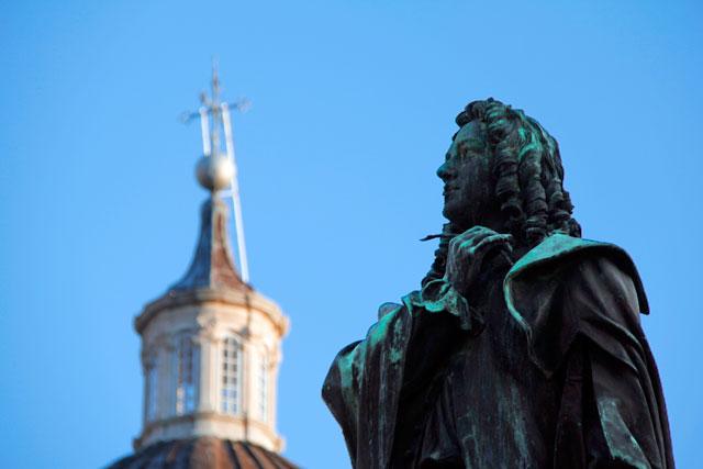 Estátua do poeta Ivan Gundulić, na Praça Gundulićeva. Cúpula da Catedral de Dubrovnik ao fundo