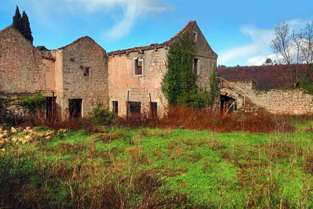 Construção em ruínas, no vilarejo de Bosanka