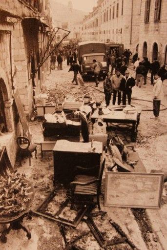 Stradun durante o Cerco de Dubrovnik. Foto: Božidar Gjukić