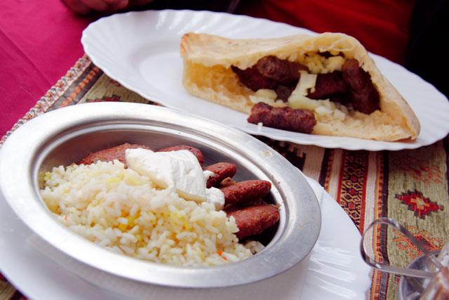 Bolinhos bósnios e almôndegas com pão, servidos no Šadrvan