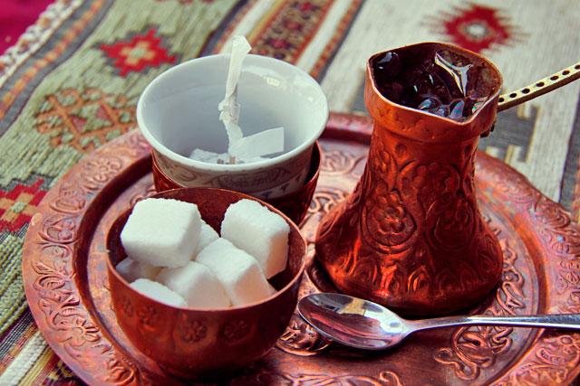 Café bósnio servido no Šadrvan