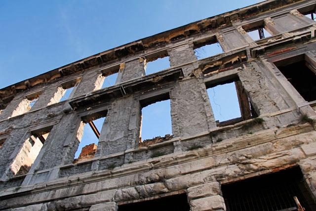 Prédio em ruínas na rua Tolčeva