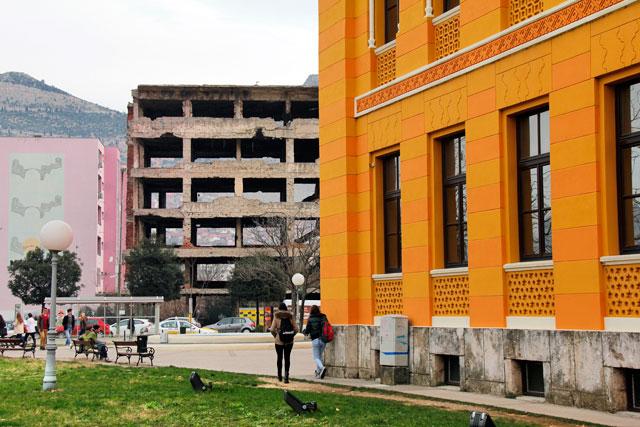 Gimnazija Mostar e edifício em ruínas da Bulevar