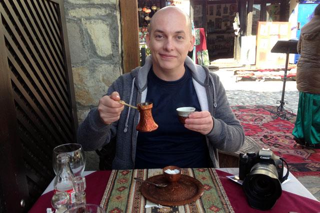 Provo um café bósnio no Šadrvan