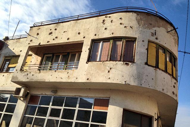 Marcas da Guerra da Bósnia na fachada de uma residência de Mostar