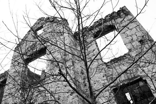 Edifício em ruínas na rua Kralja Tvrtka, próximo à Praça Espanhola
