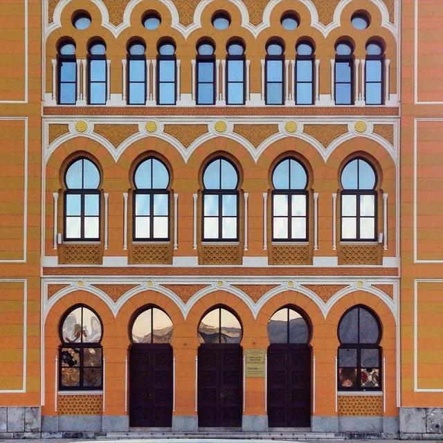 Detalhe da fachada do edifício do Gimnazija Mostar, no estilo neoislâmico (via Instagram @fuievouvoltar)