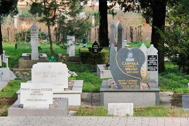 Tumbas de bosníacos em cemitério da rua Kneza Mihajla Viševića Humskog